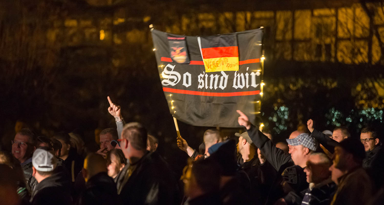 Demonstranten des fremdenfeindlichen Thügida-Ablegers »Wir lieben Ostthüringen« stehen am 01.11.2015 in Rudolstadt (Thüringen) bei einer Kundgebung unter dem Motto »Gegen die Überfremdung unserer Heimat«.